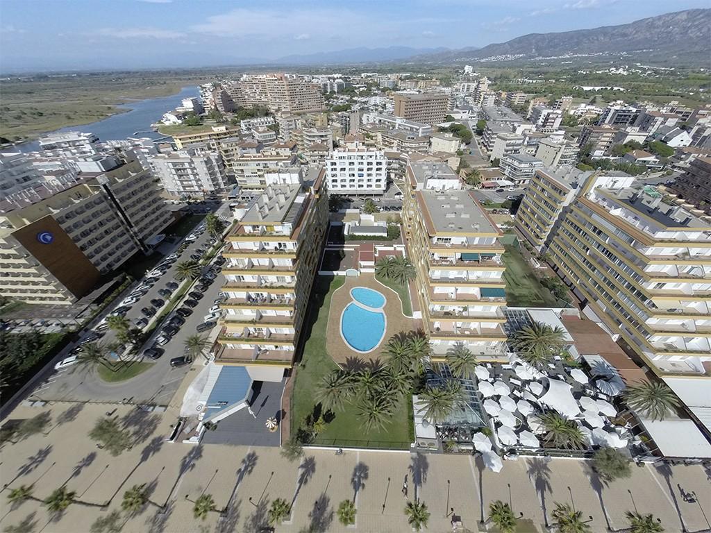 Apartamentos en rosas roses apartamento a primera for Apartamentos vacacionales con piscina