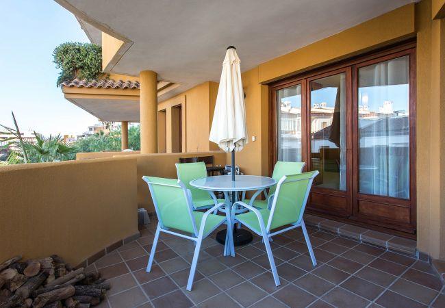 Bonita terraza del apartamento en Torrevieja con vistas al jardín.